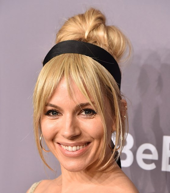 Sienna Miller: a atriz também escolheu uma no-makeup makeup e preferiu um penteado alto preso com uma faixa preta larga (com algumas madeixas soltas à frente).
