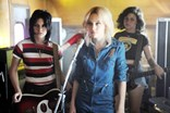 Kristen Stewart interpreta Joan Jett e Dakota Fanning intepreta Cherie Currie, The Runaways (2010)