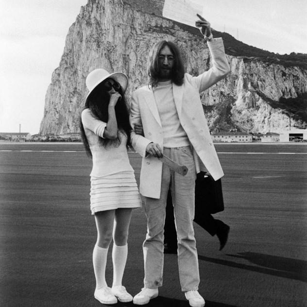f50a881bc73 Os 30 vestidos de noiva mais originais das celebridades. Madonna e Sean  Penn Yoko Ono e John Lenon ...