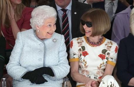 5a1a23a8e88 A rainha Isabel II assiste a um desfile de moda na primeira fila