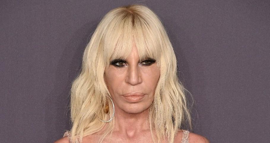 59f78453f Como Donatella Versace mantém jovem e relevante a sua marca de luxo ...
