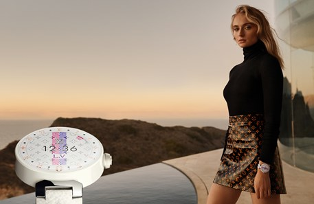 Sophie Turner protagoniza a campanha do novo 'smartwatch' da Louis Vuitton