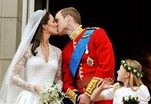 William e Kate, a dar o famoso beijo na varanda, no dia do seu casamento, a 29 de abril de 2011
