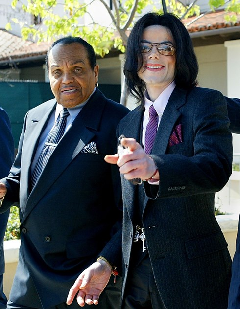 Michael Jackson and his father, Joe Jackson: the band Jackson Five, made up of Michael and the brothers, had to rehearse day and night to please their father Joe, who beat them with a belt or a cable. After the huge success of Thriller, Michael dismissed the father of his manager and was so afraid of him that he had to bring a third person to sign the papers. Although the singer accused his father of verbal and physical abuse, the two became very close in the last years of Michael's life