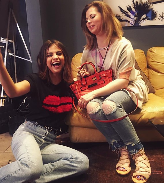 Selena Gomez and her mother, Mandy Teefey: in 2014, the singer fired her mother, who was her personal assistant. Because of the relationship between Justin Bieber and Selena, Mandy moved away from her daughter. After not speaking for a year, they rejoined to produce the Netflix 13 Reasons Why series. Teefey went on to publish two Instagram posts about her daughter's personal life and to condemn her participation in Woody Allen's film A Rainy Day in New York during the #MeToo era. In 2018, and due to Selena's health complications (which included a kidney transplant), her mother and daughter again came close
