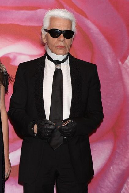 c8fe565ee As personalidades que nunca largam os óculos de sol. Johnny Depp Karl  Lagarfeld ...