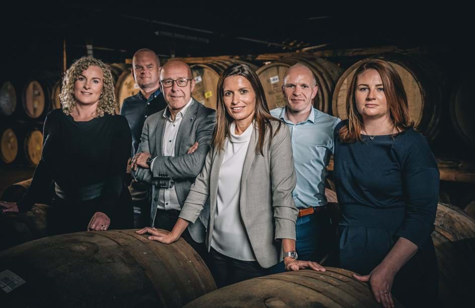 Sarah Burgess, Lead Whisky Maker; Russell Greig, Sample Room Assistant; Stuart MacPherson, Master of Wood; Kirsteen Campbell, Master Whisky Maker; Steven Bremner, Whisky Maker e Polly Logan, Whisky Maker